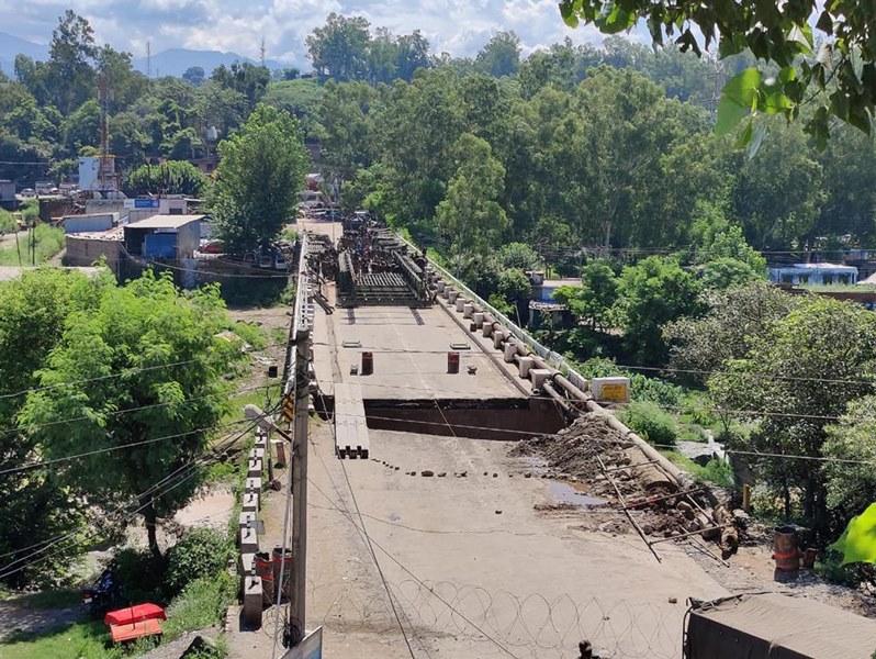 Army repair bridge in Kashmir