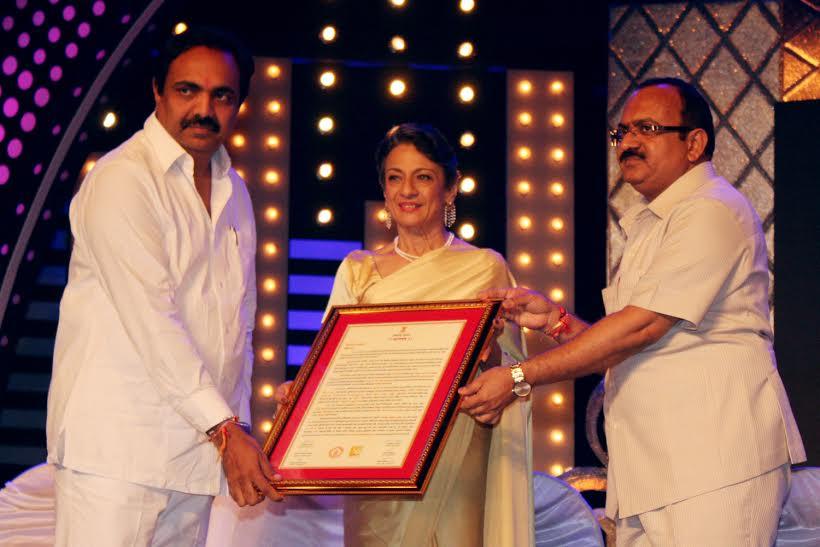 Tanishaa accompanies mom Tanuja to The Raj Kapoor Awards