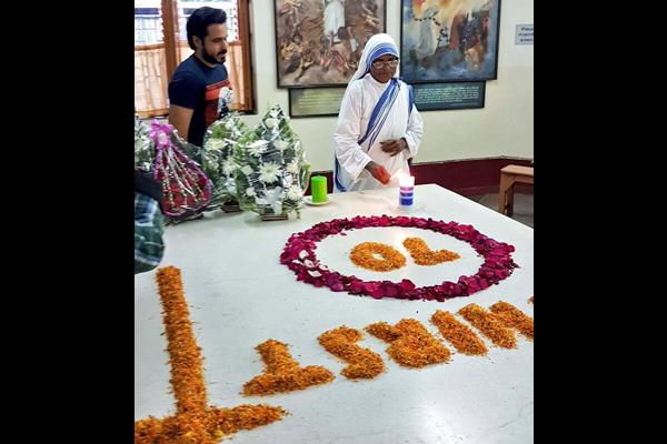 Kolkata: Emraan Hashmi visits Mother House