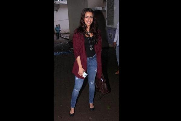 Shraddha Kapoor stirs a fan frenzy in flight