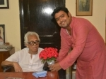 Kolkata: Dhakuria's Tarun Mahal felicitates filmmaker Mrinal Sen on his 95th birthday