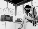What is Raima Sen doing in kitchen? See pic