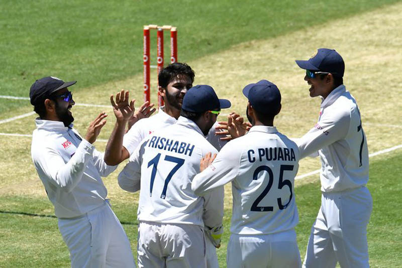 India picks up early wickets as Australia opt to bat first