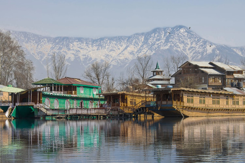 Jammu and Kashmir: Dir Tourism reviews issues confronting tourism sector with stakeholders